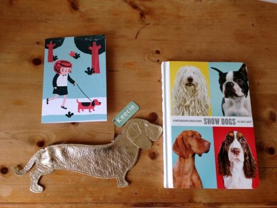 """Postkarte von Ben Javens UK__Dackelbörse von Keecie NL und Buch """"Show Dogs"""" von Kate Lacey"""
